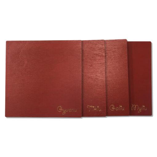 Medinių padėkliukų komplektas - Gyvenu, Tikiu, Galiu, Myliu (4 vnt., tamsiai raudonos spalvos)
